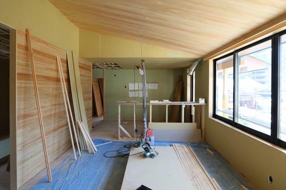 内装の造作工事の進行中です。
