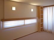■寝室 床 :カーペット 壁 :月桃紙張り 天井:AEP(つや消しのペンキ) 調光式のダウンライトや天井に向けた照明で落ち着いた雰囲気にしています。洋室ですが、月桃紙も良く合います。
