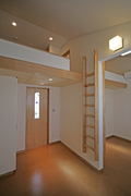 ■子供室 床:コルクタイル 壁:ビニルクロス 天井:AEP(つや消しのペンキ)、一部シナ合板 子供室はロフト付です。 建具にはめてあるステンドグラスもオリジナルです。