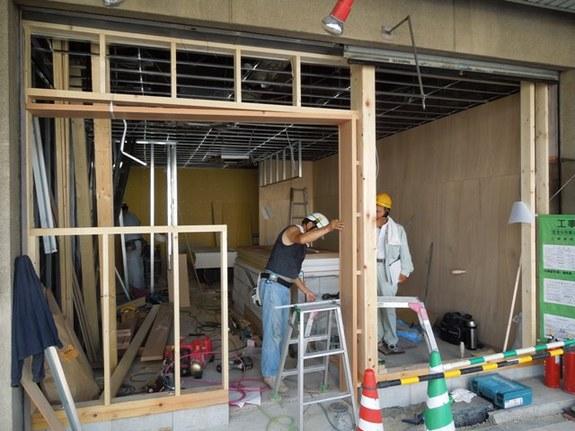 内装工事が始まっています。