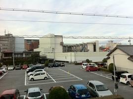 市民会館の左奥に見えるのが新庁舎です。展望室から弊社の建物は丸見えです。