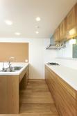 キッチン シンク下はゴミ箱スペースです。 食洗機の扉もオーク材で揃えています。窓下枠は小物やスパイスなどが置けるように出巾を広くしています。