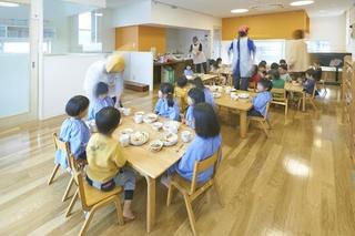 2階保育室 給食風景
