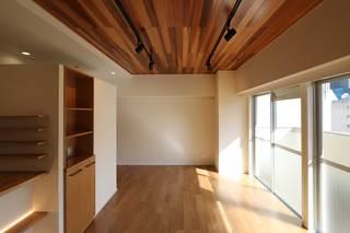 リビング 照明はスポット照明としています。天井はレッドシダー。